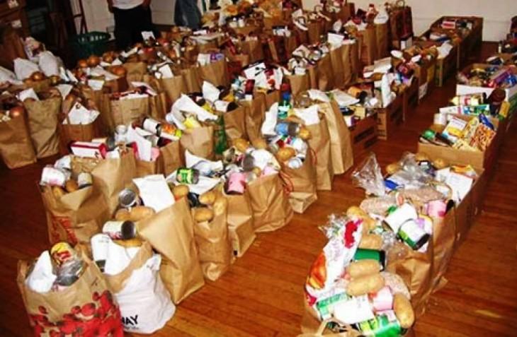 Διανομή τροφίμων σε οικονομικά ασθενέστερους κατοίκους του Πειραιά